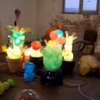 Atelieroverzicht met lichtobjecten