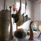 Atelieroverzicht met diverse installaties